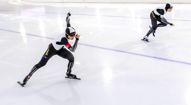Miho Takagi en Nao Kodaira in een rechtstreeks duel op de tweede 500 meter. Kodaira wordt wereldkampioen en Takagi tweede. Beeld Klaas Jan van der Weij