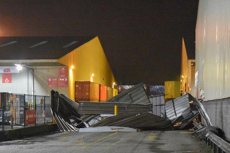 Het dak van één van de gebouwen van Katoenatie ging vliegen.