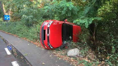 Auto belandt tegen boom op de Ouburg