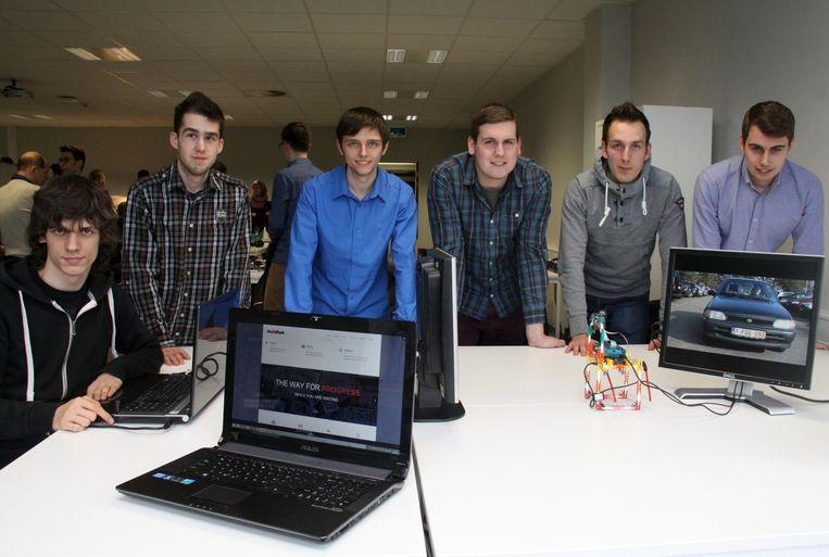 Arne, Yves, Jordy, Frederik, Frank en Vincent bij hun project.