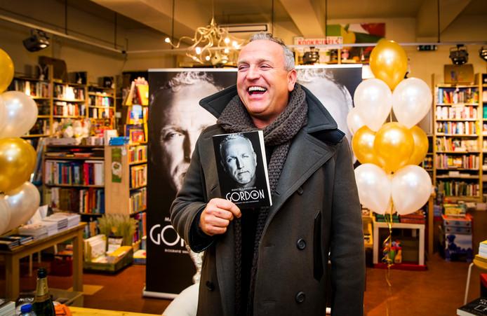 Gordon tijdens de boekpresentatie van zijn boek met de titel Gordon, biografie van een entertainer.