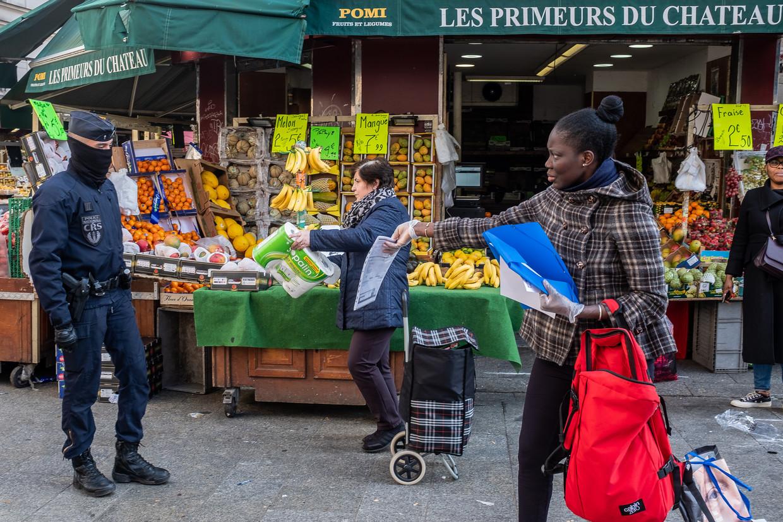 Fransen moeten met een speciaal attest kunnen bewijzen dat ze reden hebben om op een bepaalde plek te zijn. De politie controleert daar streng op.  Beeld Joris Van Gennip