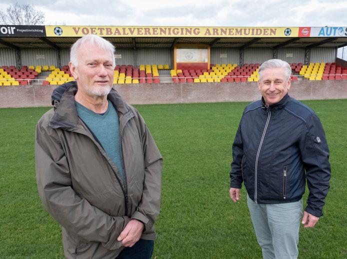 Kees Theune (links) en Joop van Belzen zijn hun leven lang al betrokken bij VV Arnemuiden. ,,Het is een deel van je leven. Arnemuiden staat voor fanatisme en meeleven met je club.''