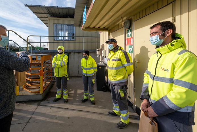 MECHELEN Voorzitter van IVAREM Koen Anciaux zet enkel parkwachters in de bloemen tijdens de Week van de Afvalophaler en Recyclageparkwachter