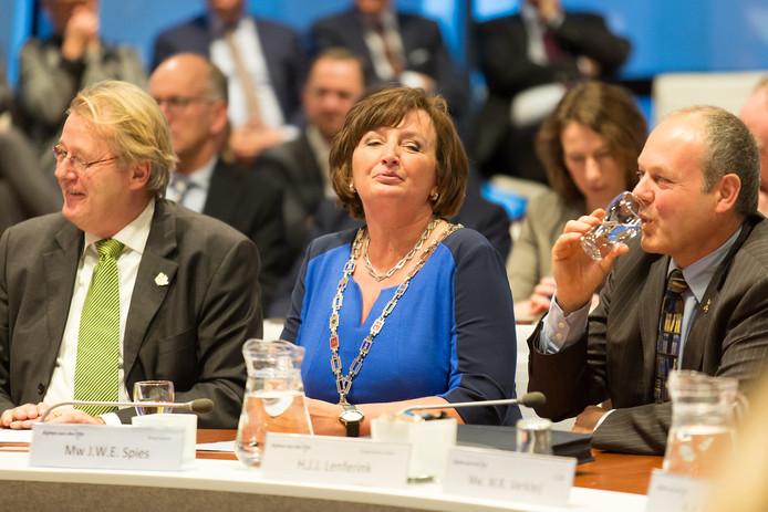 Beëdiging en installatie van de nieuwe burgemeester van Alphen aan den Rijn, Liesbeth Spies, in het gemeentehuis in bijzijn van vele andere burgemeesters en aftredend burgemeester Tjerk Bruinsma. FOTO MARTIN SHARROTT