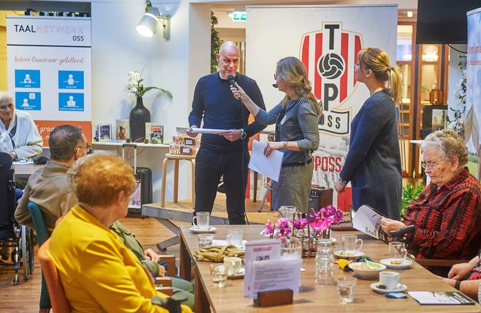 TOP-trainer Klaas Wels liet zich vorige week ook al van zijn sociale kant zien, tijdens een voorleesdag in de Ruwaard.