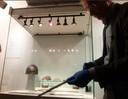 Een zwaard uit Kessel wordt uit de vitrine gehaald en getoond.