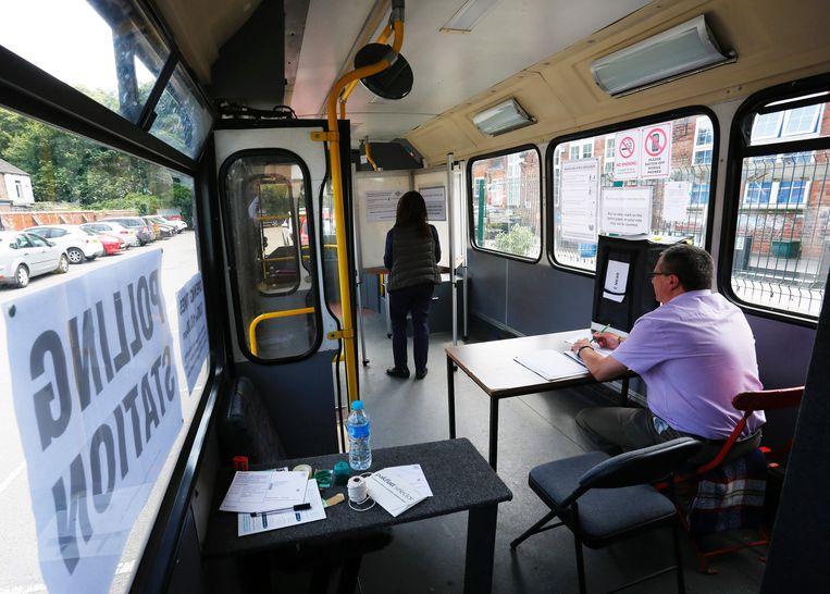 Stembureau in een bus in Kingston-Upon-Hull. Beeld afp
