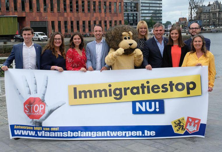 De ploeg van Vlaams Belang voor district Antwerpen. Veroniek Dewinter is derde van links.