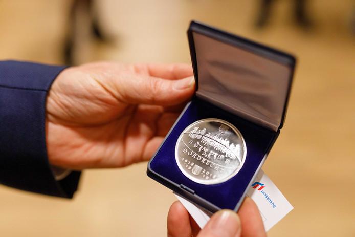 De eerste penning werd vandaag uitgereikt aan wethouder Piet Sleeking.