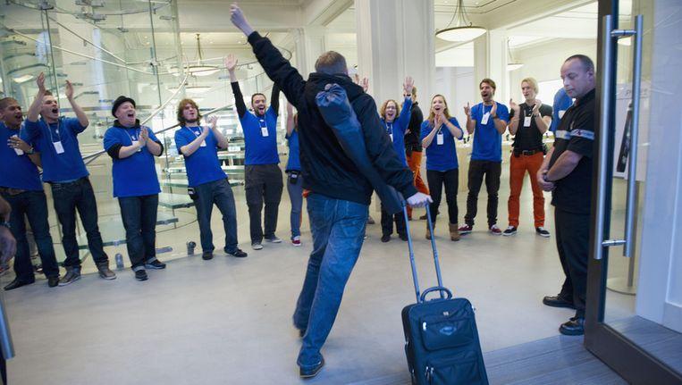 De eerste kopers van de nieuwe iPhone 5 worden door het personeel van de Apple Store in Amsterdam toegejuicht. Beeld ANP