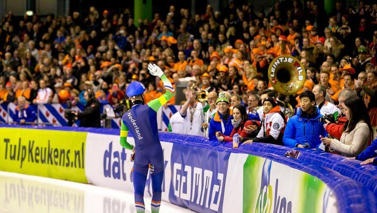Arjan Stroetinga in het blauw-groen, het publiek in Thialf in het oranje Beeld anp