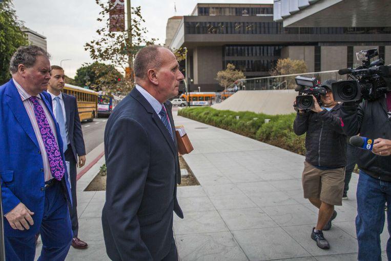 Speleoloog Vernon Unsworth arriveert samen met zijn advocaten aan de rechtbank.