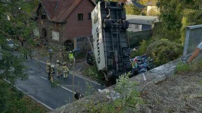 Vrachtwagen rijdt van brug: één dode en drie gewonden