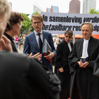 Kamer reageert geprikkeld op plan Dekker voor verhoging drempel rechtsbijstand