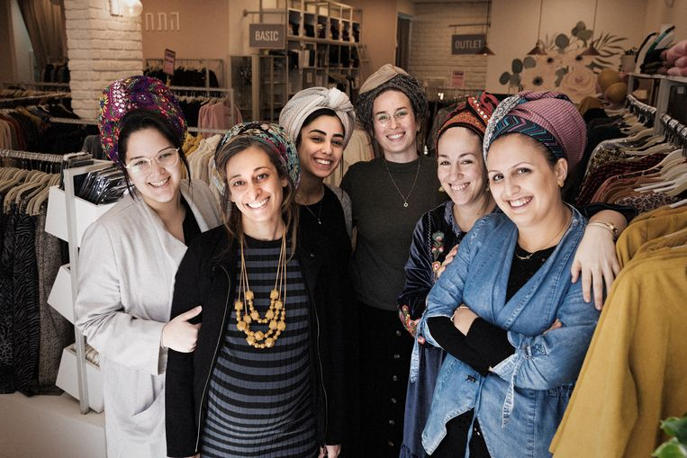 Jonge Joodse vrouwen die werken in een winkel in de nederzetting Eli op de Westelijke Jordaanoever.   Beeld Daniel Rosenthal