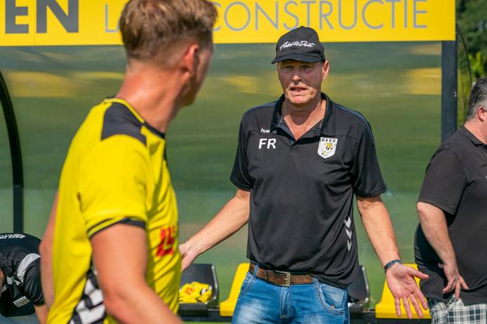 Fred Razing geeft bij HAVO instructies aan Martijn Vernooij.