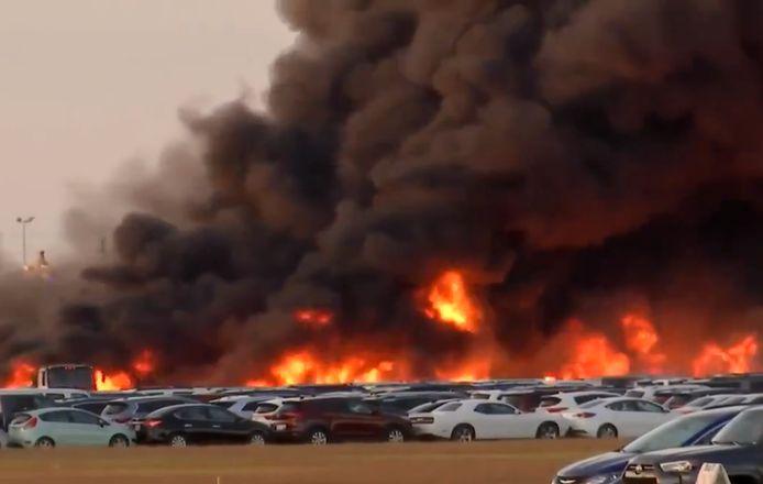 De vuurzee bij het vliegveld was enorm.