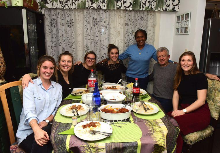 Tal van jonge mensen kwamen eten bij Jeanne