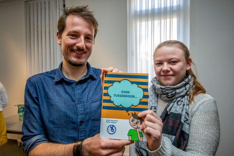 Mattijs Degrande en Marlies Dejaeger stellen het boek 'Even Tussendoor' voor.
