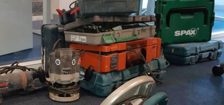 Gestolen gereedschapskisten en scooters gevonden in woning Glanerbrug: verdachte opgepakt