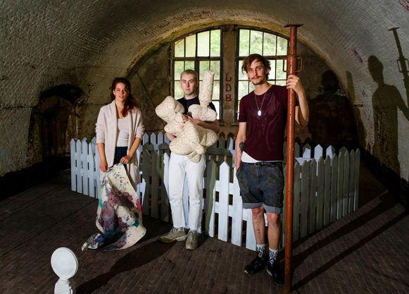 Josja Devree, Jack Davey, Elias Cafmeyer in een van de tentoonstellingsruimtes van Fort 5.