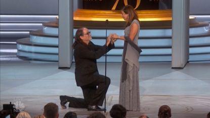 Emmy-winnaar doet huwelijksaanzoek tijdens zijn speech