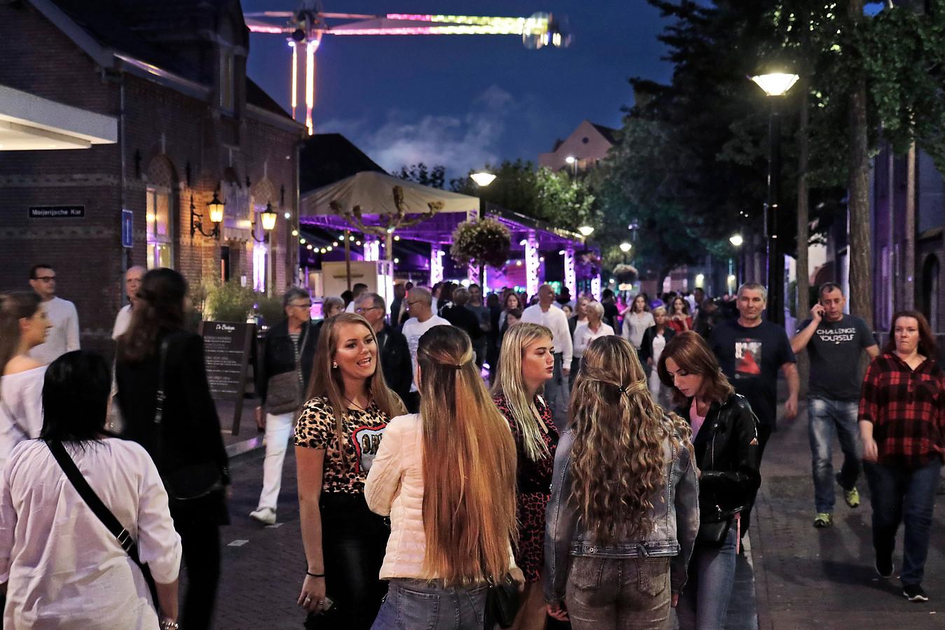 Publiek op straat tijdens de Osse kermis.