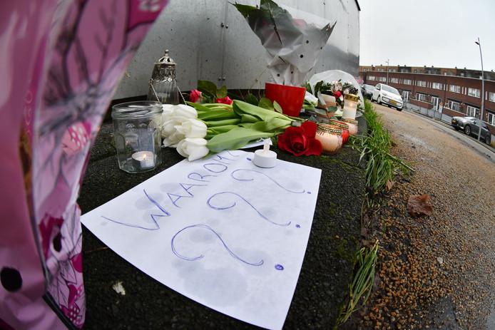 Herdenkingsplek met bloemen en kaarsen aan de Hampshire in Hengelo, de plek waar de Almelose Chantal de Vries om het leven kwam.