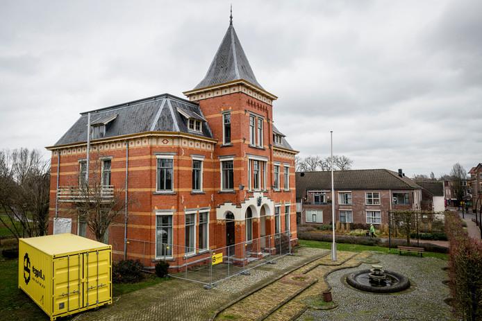 Bouwhekken en een bouwcontainer bij Villa Smits. De verbouwing is eindelijk begonnen.