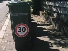 Waarom verspreidt een makelaar '30 km'-stickers in Apeldoorn? '1 plus 1 is 3'