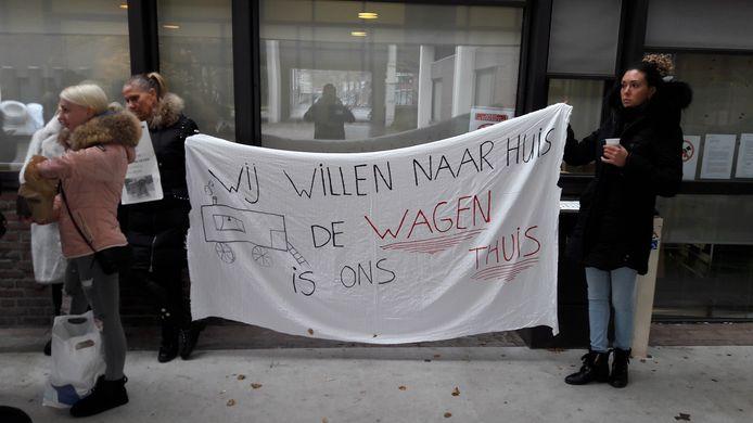 Roosendaalse woonwagenbewoners demonstreren voor het stadskantoor. Ze willen dat er sneller werk wordt gemaakt van extra standplaatsen