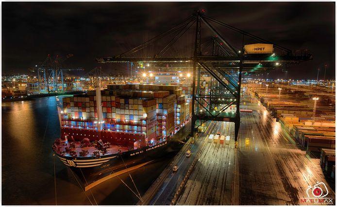 De MSC Isabella, het grootste containerschip ter wereld, is dinsdagavond de haven binnengevaren. Foto door Luc De Cock.