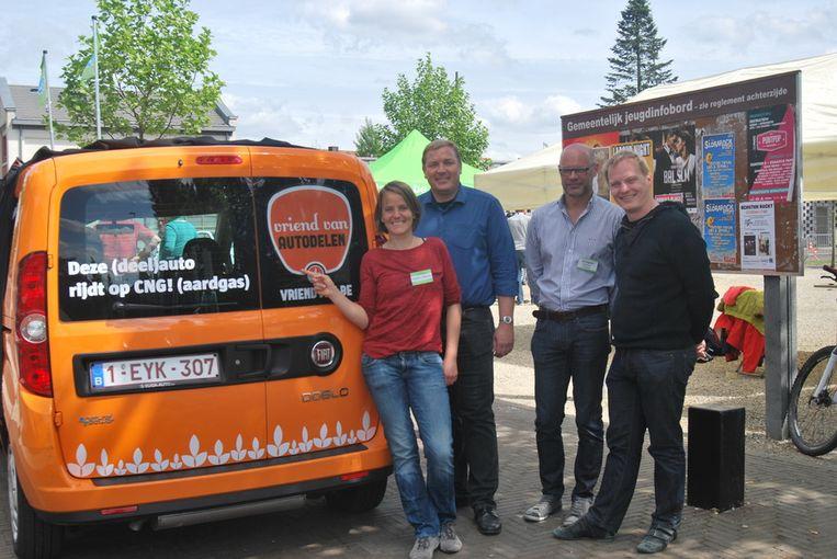 De Fiat Doblo wordt onthuld door milieuambtenaar Kathy Michielsen, burgemeester Maarten De Veuster, schepen Erik Block en Jeffrey Matthijs van Autopia.