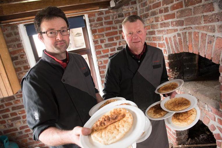 Pieter en Eric De Koekelaere met hun officieel erkend streekproduct. Enkel geutelingen van hun hand mogen de naam 'streekproduct' dragen.