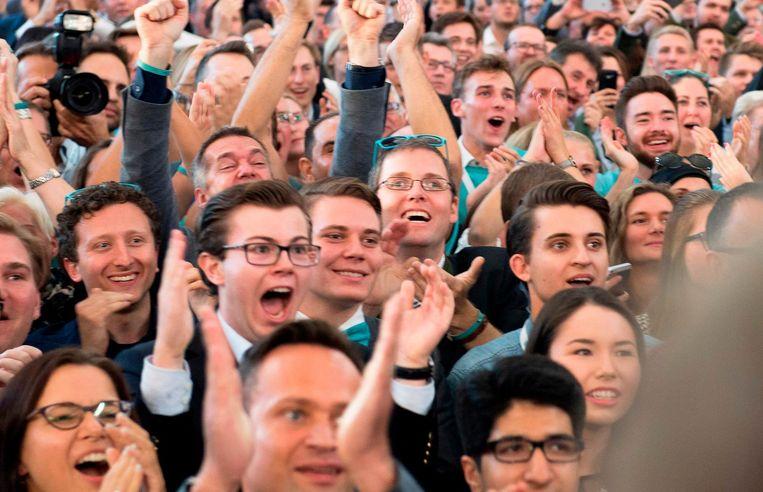 Aanhangers van de ÖVP reageren op de eerste verkiezingsresultaten. Beeld afp