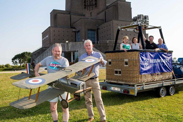 De organisatoren met een van de WOI-vliegtuigen.