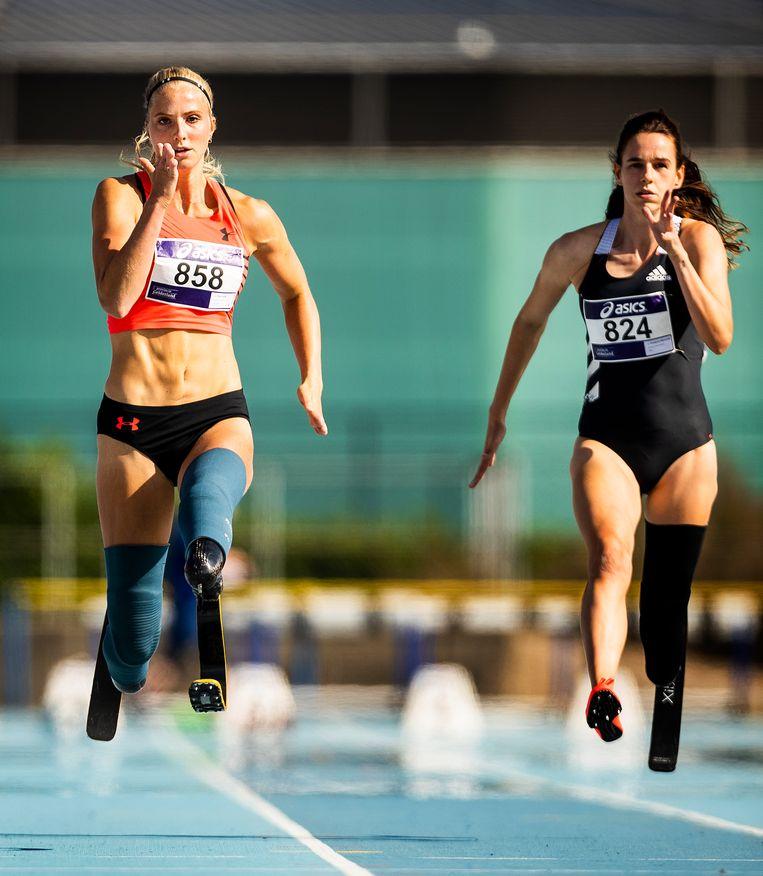 Fleur Jong (links) in actie op de 100 meter bij de NK para-atletiek.  Beeld Jiri Büller /  de Volkskrant