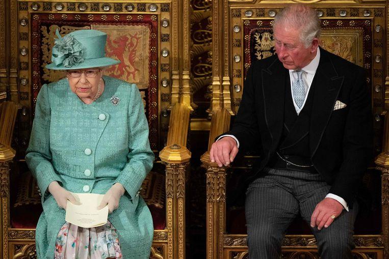 Koningin Elizabeth lees de troonrede voor, met kroonprins Charles naast zich. Beeld AFP