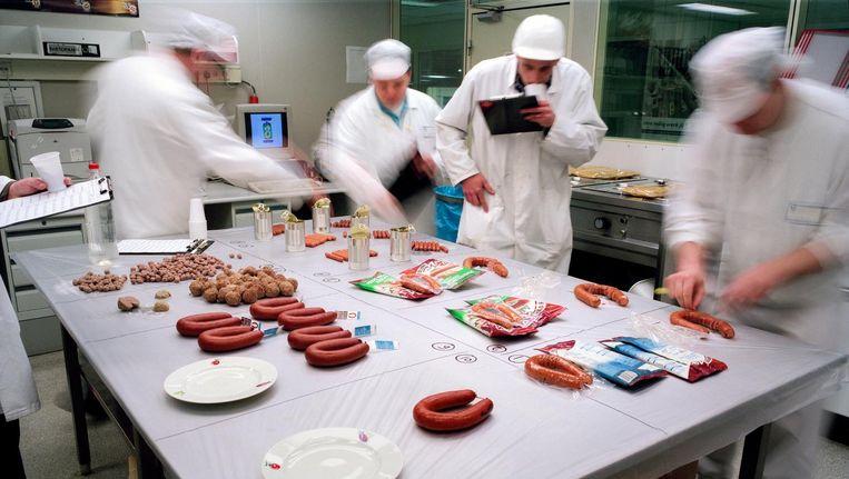 Iedere ochtend controleert een team kwaliteits-controleurs de Unox producten van de voorgaande dag op punten als smaak, sappigheid en consistentie. Beeld Hollandse Hoogte