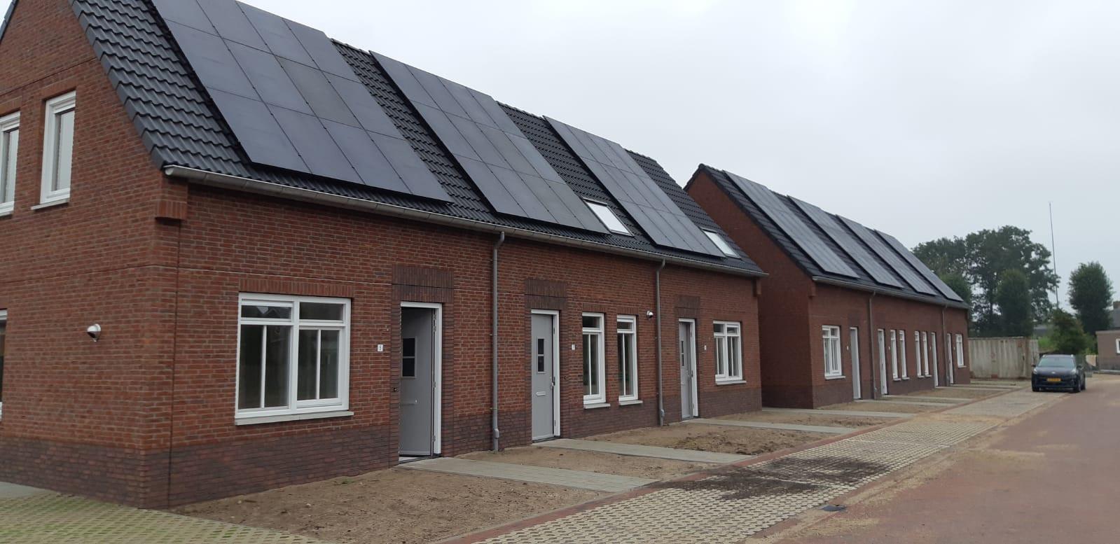De woningen zijn voorzien van zonnepanelen.