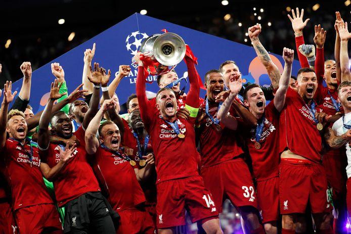 Liverpool-captain Jordan Henderson tilt de Champions League-trofee de lucht in op 1 juni in Madrid.