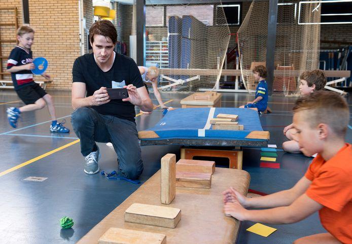 Meester Matthijs Jansen van basisschool De Brug maakt filmpjes van zijn leerlingen die een spelles krijgen en deelt deze via de sociale media.