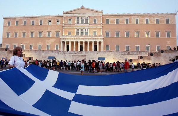 **Griekenland beëindigt crisis in stijl: met drama**