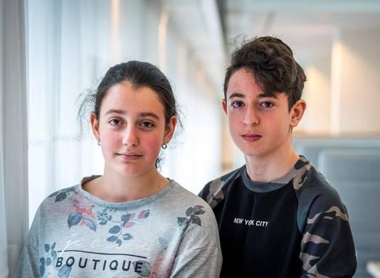 De twee Armeense kinderen Lily en Howick voorafgaand aan de zitting van de Raad van State over hun asielprocedure.