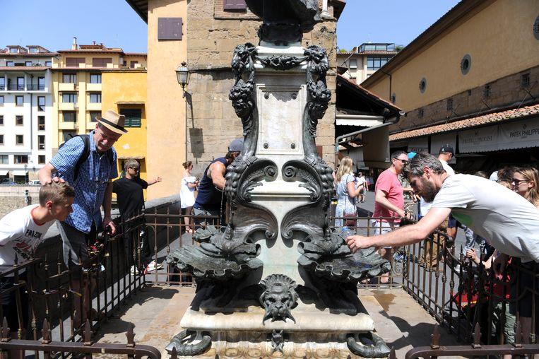 Toeristen zoeken afkoeling aan een fontein in Firenze, waar het kwik vandaag tot 42 graden steeg.