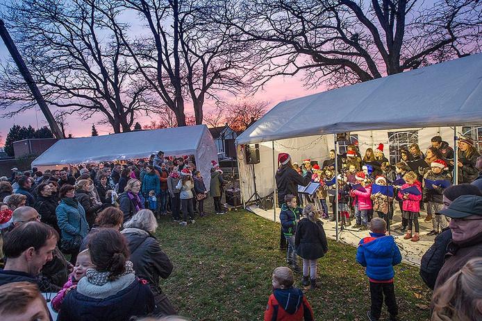 Kerstmarkt Budel-Schoot met drukte en optreden van kinderkoor