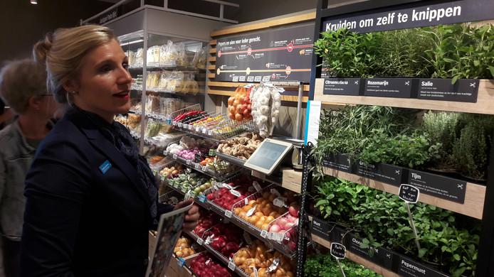 Supermarktmanager Nicole van Namen laat zien waar klanten van Albert Heijn zelf kruiden kunnen knippen.