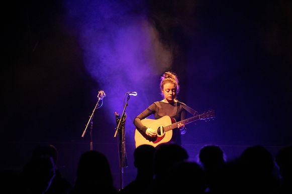 Linde stelt haar EP (in 3D) voor aan het publiek in Muziekodroom.