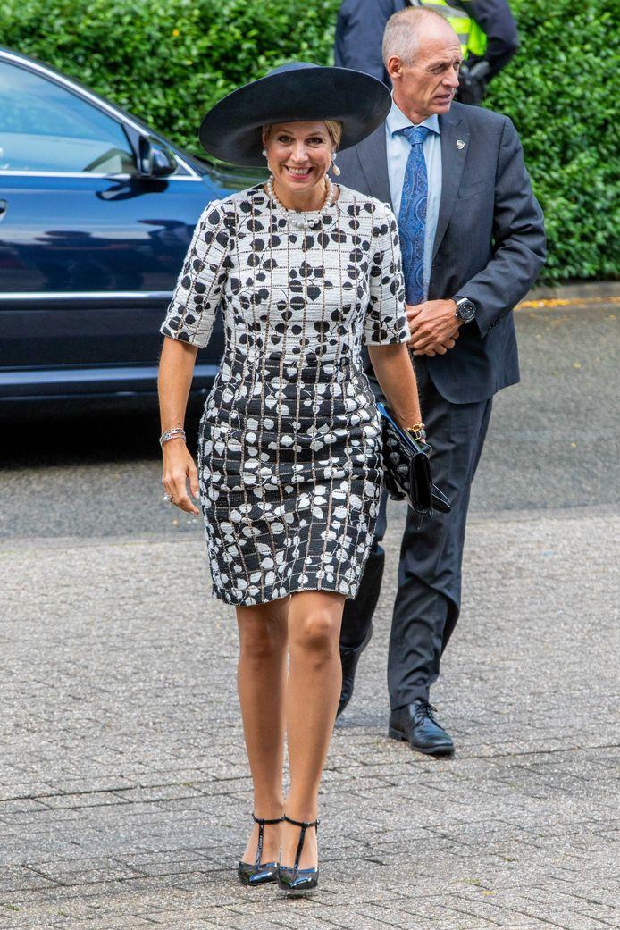 Koningin Máxima komt aan bij het hoofdkantoor van De Kindertelefoon.